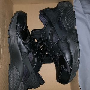 Black Nike Huarache run shoes